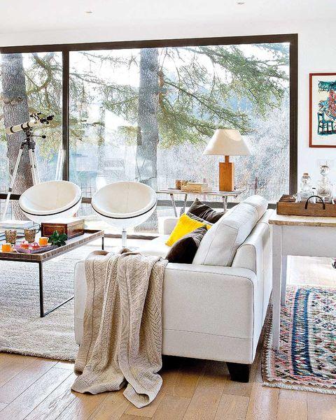 salón moderno blanco con ventana panorámica