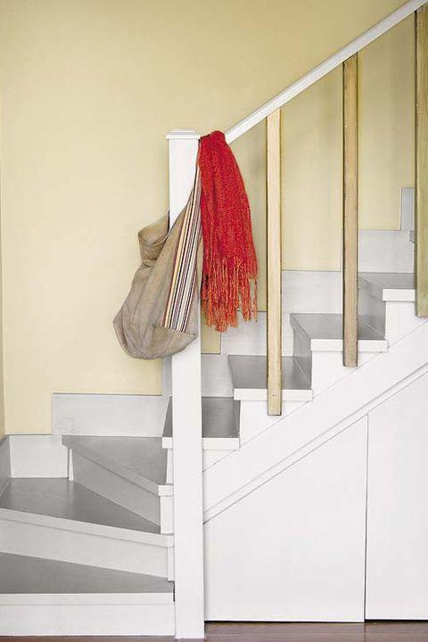 escalera con espacio de almacén