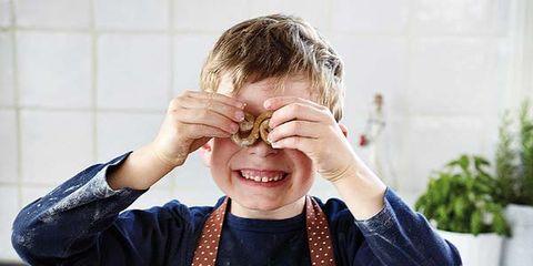 Cook, Flowerpot, Apron, Kitchen, Countertop, Cooking, Houseplant, Kitchen knife, Kitchen utensil, Meat cutter,