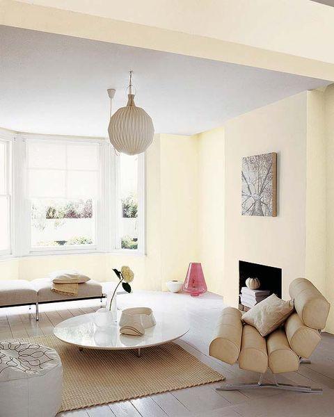 salón moderno en tonos claros, con chimenea