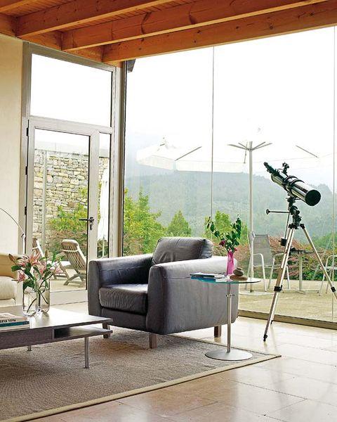 salón con ventanales al exterior