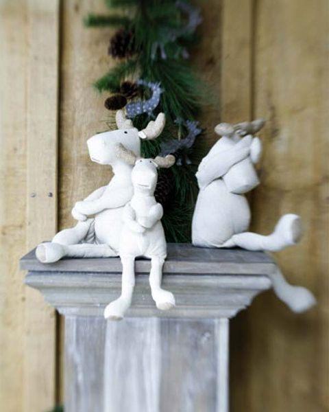 Sculpture, Toy, Statue, Classical sculpture, Stone carving, Pedestal, Creative arts, Artifact,