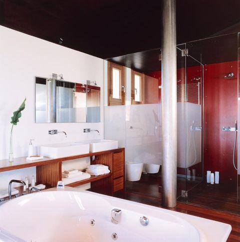 Plumbing fixture, Lighting, Room, Interior design, Property, Bathtub, Tap, Wall, Floor, Bathroom sink,