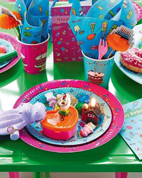 Party supply, Sweetness, Dishware, Serveware, Plastic, Plate, Dessert, Cake decorating supply, Platter, Fictional character,