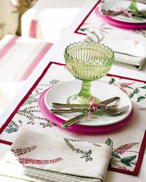 Serveware, Dishware, Tableware, Plate, Linens, Home accessories, Kitchen utensil, Tablecloth, Napkin, Cutlery,