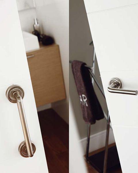 Picaporte de acero inoxidable en la puerta del baño