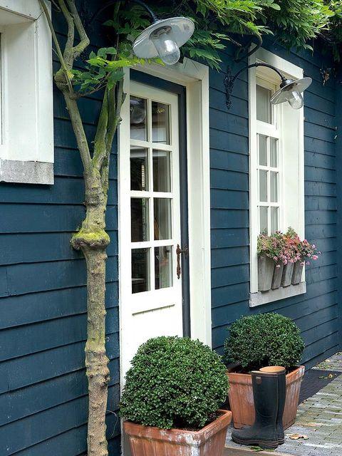 puerta de entrada a casa azul