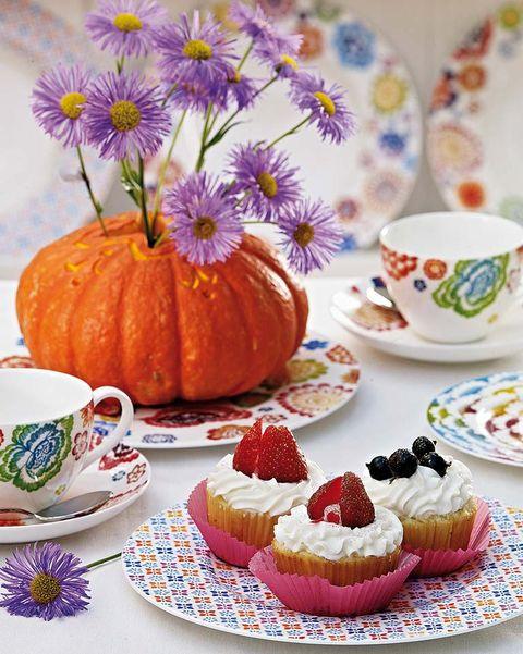 mesa de café decorada con calabaza muffins