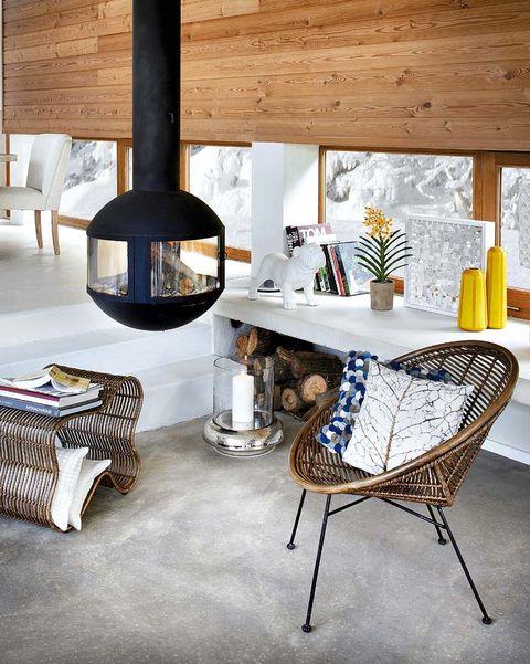 salón con chimenea suspendida moderna