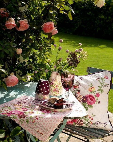 Tablecloth, Table, Furniture, Petal, Linens, Botany, Outdoor furniture, Home accessories, Garden, Centrepiece,