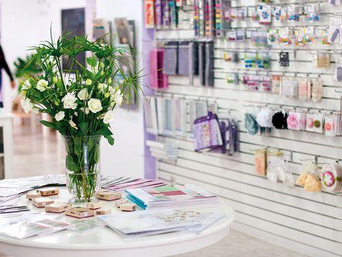 Bouquet, Flower, Petal, Centrepiece, Shelving, Shelf, Cut flowers, Tablecloth, Artifact, Lavender,
