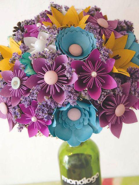 Petal, Flower, Purple, Bottle, Cut flowers, Glass bottle, Flower Arranging, Violet, Lavender, Floral design,