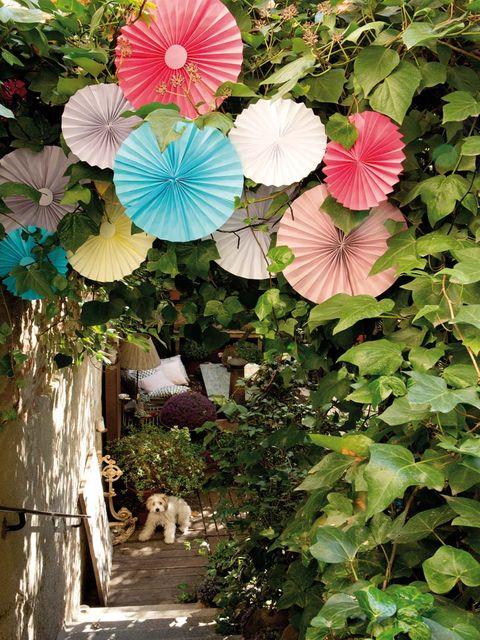 jardín decorado con pompones de origami
