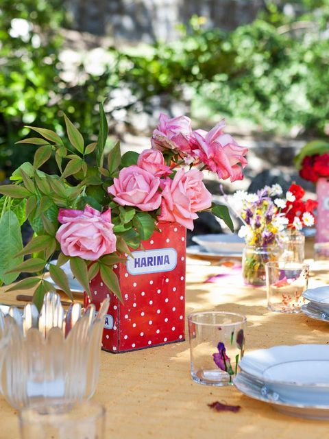 Centrepiece, Pink, Flower, Cut flowers, Garden roses, Plant, Flower Arranging, Floral design, Rose, Tableware,