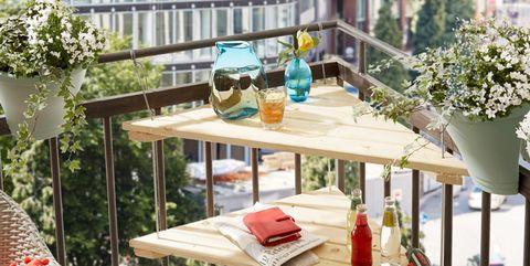 Una Mesa En Esquina Para El Balcón