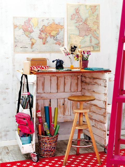 una mesa de trabajo con espacio de almacén hecha con palets