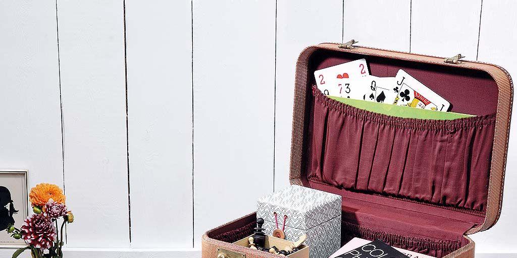 Una mesilla hecha con maleta de viaje