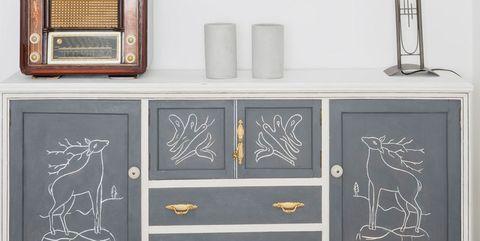 aparador pintado de gris y blanco con pintura a la tiza