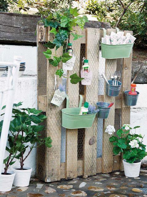 un organizador para el jardín hecho con palets
