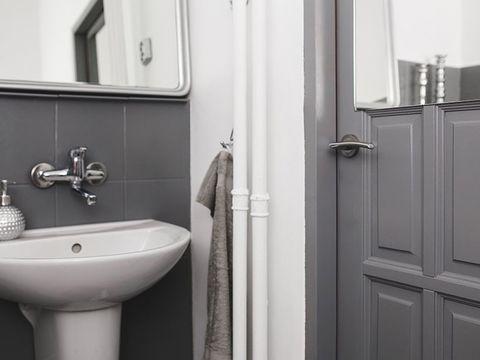 cuarto de baño renovado con pintura gris