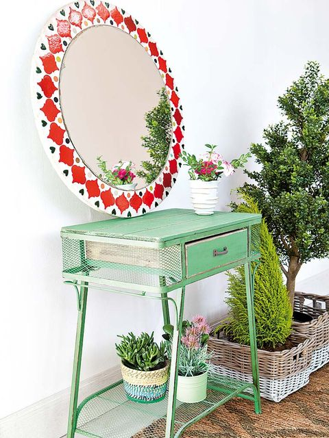 Green, Botany, Flowerpot, Dishware, Circle, Houseplant, Platter, Coquelicot, Wreath, Floral design,