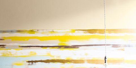 dormitorio con la pared del cabecero pintado de colores