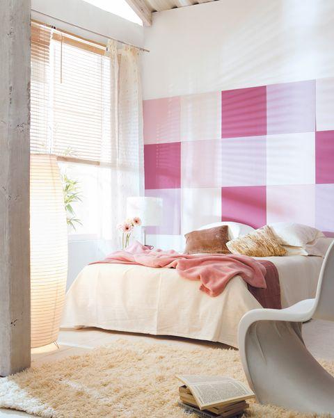 dormitorio con pared pintada en rosa a cuadros