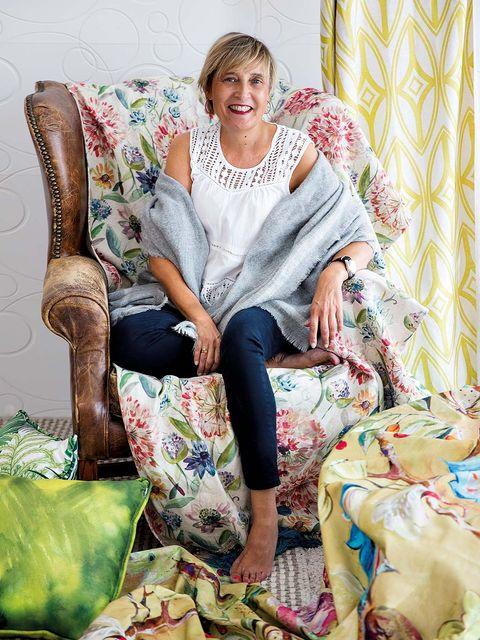 Human, Leg, Green, Human body, Textile, Sitting, Furniture, Comfort, Pattern, Jewellery,