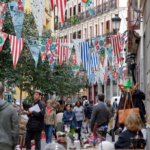 Public space, Flag, Human settlement, Holiday, Christmas, Festival, Customer, Flowerpot, Backpack, Marketplace,