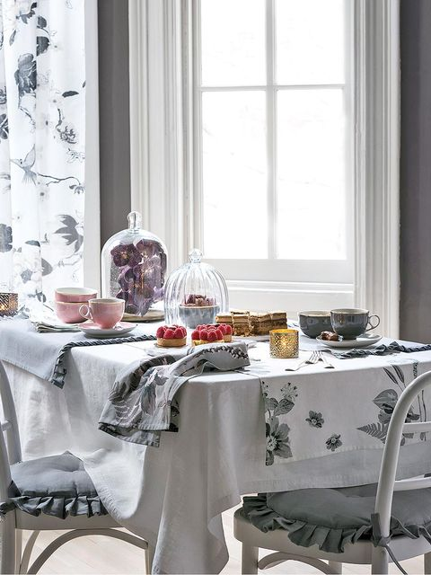 Tablecloth, Room, Interior design, Window, Furniture, Table, Textile, Glass, White, Linens,