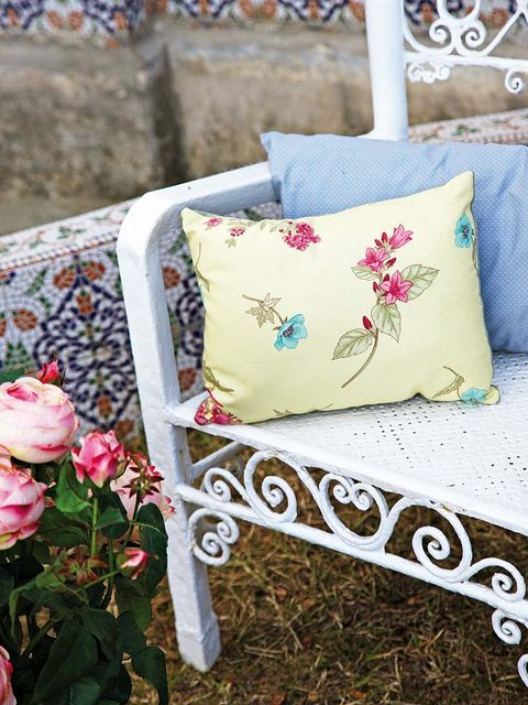 Petal, Textile, Flower, Pink, Flowering plant, Linens, Cushion, Creative arts, Bag, Bud,