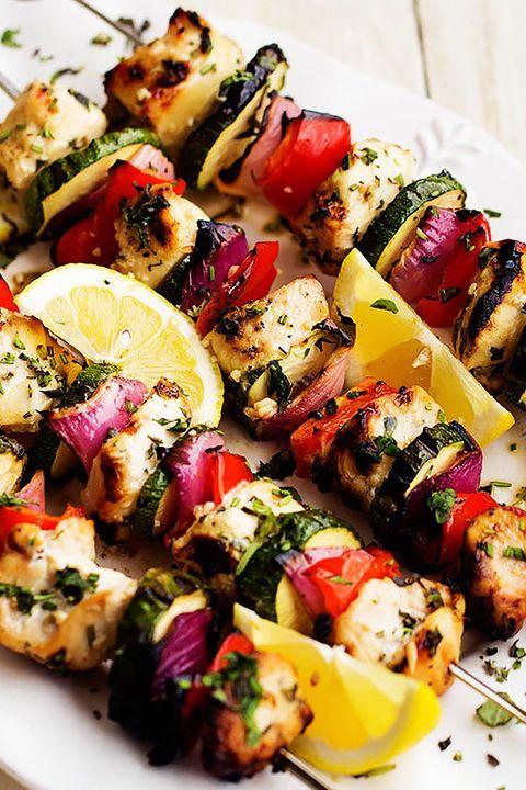 brocheta de pollo al limón con verduras