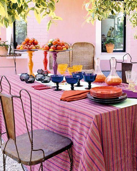 mesa decorada con tomates