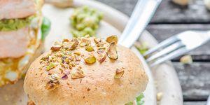 Hamburguesa de salmón con pistachos y guacamole