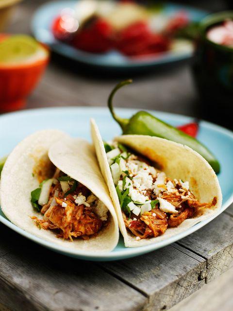 Tacos o burritos de carne de ternera con tomate