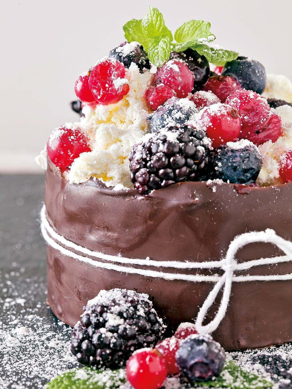 Frutos con nata en aro de chocolate
