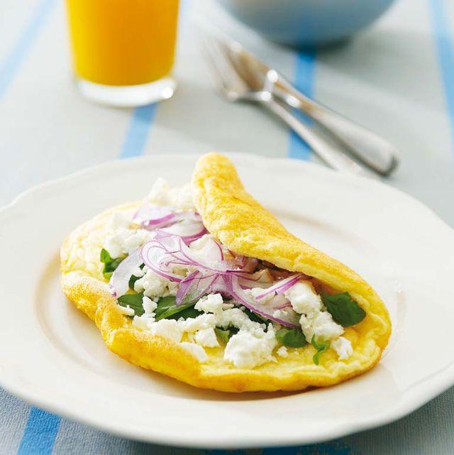 tortilla de albahaca, queso feta y cebolla