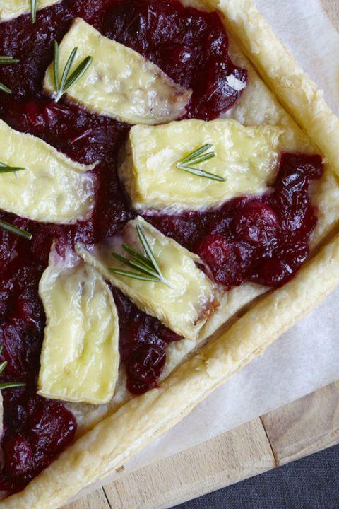 tarta de hojaldre con salsa de arándanos y brie
