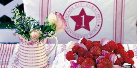 tarta de fresas y menaje para la merienda