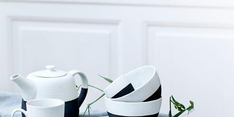 Tablecloth, Serveware, Dishware, Porcelain, Tableware, Linens, Kitchen utensil, Ceramic, Home accessories, Kitchen appliance,