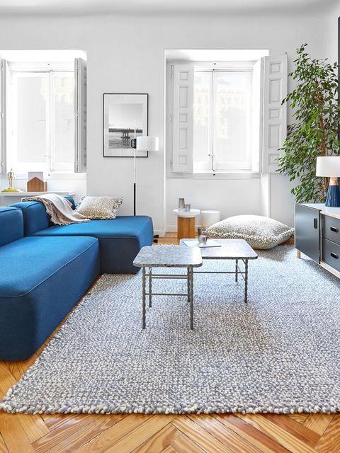 Salón cómodo con sofá azul