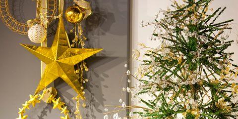 Árbol de navidad decorado con adornos dorados