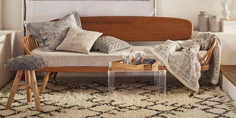 salón en tonos naturales con alfombra
