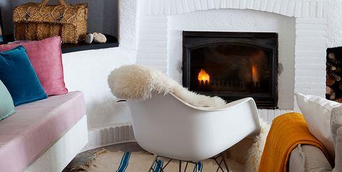 salón con chimenea de ladrillo