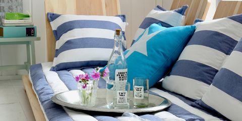 salón decorado con estilo marinero sofá a rayas azules y blancas