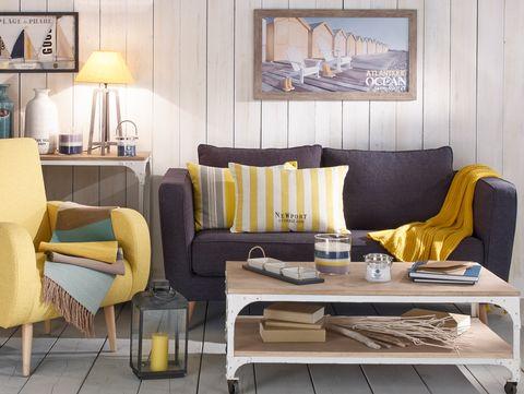 salón de estilo marinero en gris y amarillo