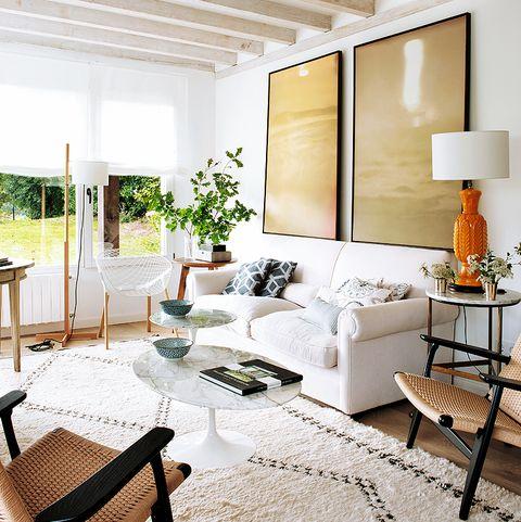 salón luminoso con sofá blanco y butacas de fibra