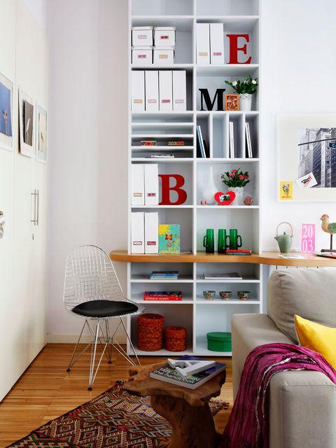 Librería y escritorio en el salón