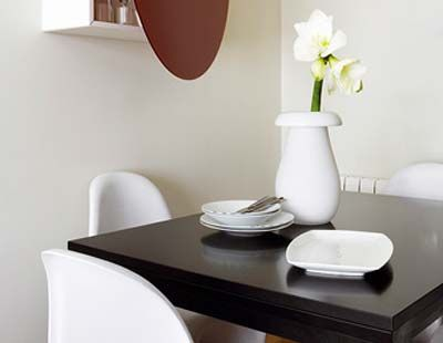 Room, Serveware, Dishware, Interior design, White, Furniture, Porcelain, Wall, Table, Petal,
