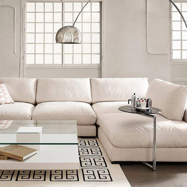 salón decorado en blanco sofá blanco esquinero